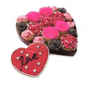 4091528-hausgemachte-cupcakes-in-herzform-mit-love-cookie