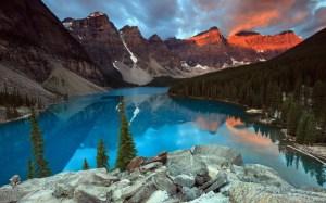 hermoso-lago-de-agua-azul-junto-a-las-grandes-monta%C3%B1as-y-bosques